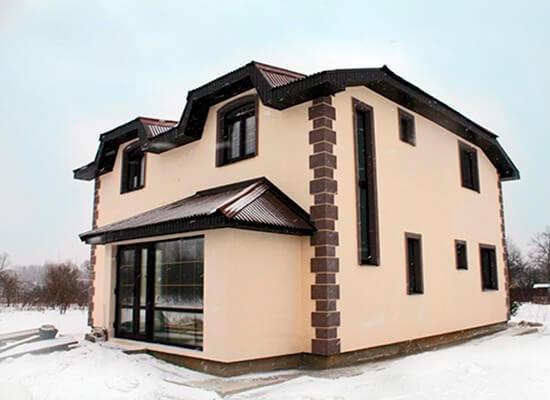 Оштукатуренный фасад дома из газоблоков