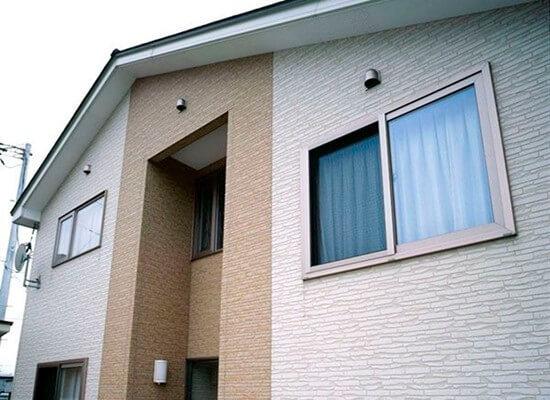 Фасад дома из газоблоков, облицованный фиброцементными панелями
