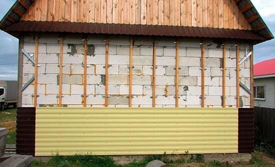 Обшивка газобетонных стен профнастилом на деревянную обрешётку