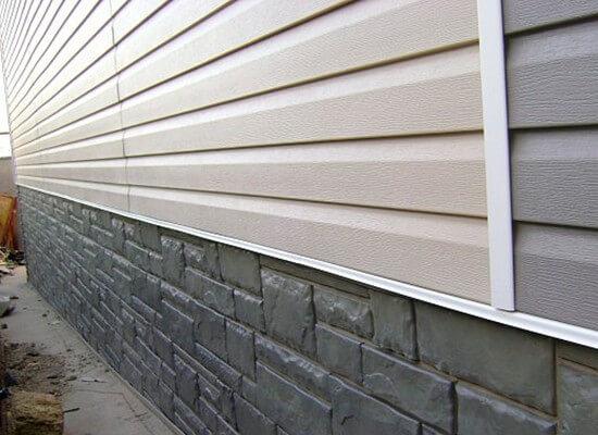Фасад газобетонного дома, отделанный пластиковыми панелями