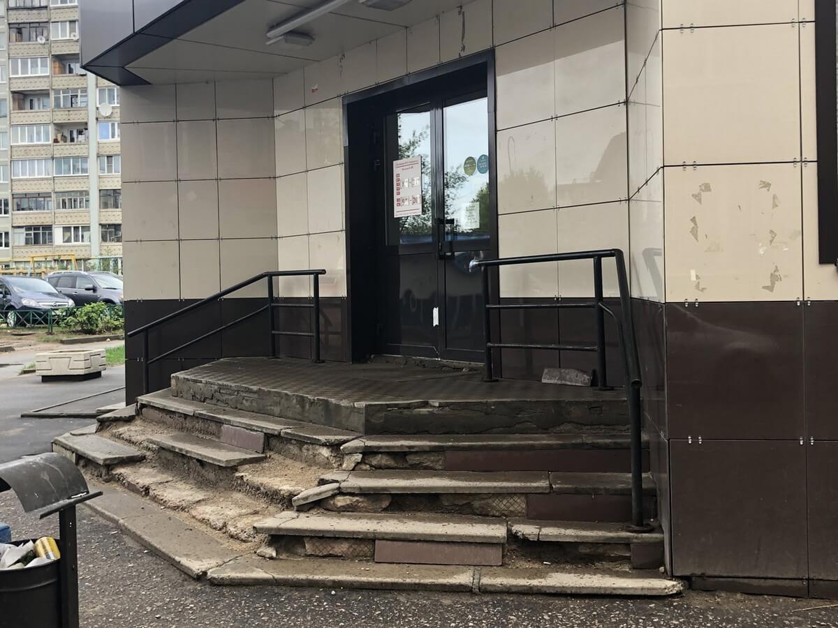 Бетонное крыльцо офисного здания